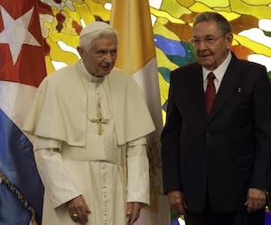 Raúl recibe a Benedicto XVI en el Palacio de la Revolución